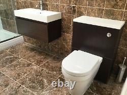Évier De Salle De Bains Avec L'unité Suspendue De Vanité De Mur Et La Toilette Arrière Au Mur Avec L'unité