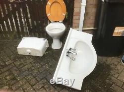 Salle D'eau Wc Blanc De Porcelaine Et Lavabo En Bon État