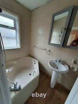 Suite Salle De Bains 4 Pièces + Toilettes + Évier + Douche + Bain