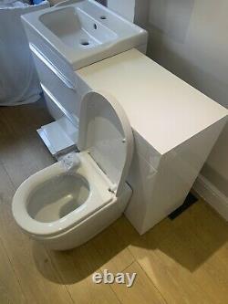 Toilette De Dos Au Mur Avec L'unité Et L'unité De Vanité Avec L'évier